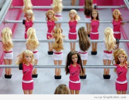 Alors les filles on joue au barby foot - Fille joue au foot ...